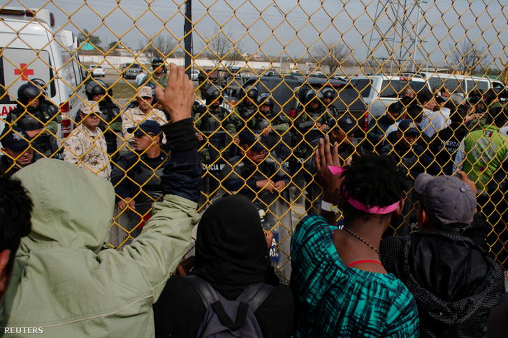Menedékkérők a néznek szembe a hatóságokkal a mexikói Piedras Negras-nál 2019. február 5-én.