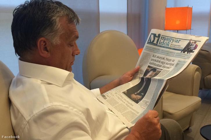 Orbán Viktor a Magyar Idők olvasása közben