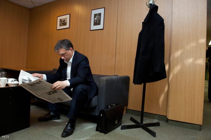 Orbán Viktor miniszterelnök Magyar Nemzetet olvas, mielőtt élő adásban interjút ad a Magyar Rádió stúdiójában 2012. március 30-án