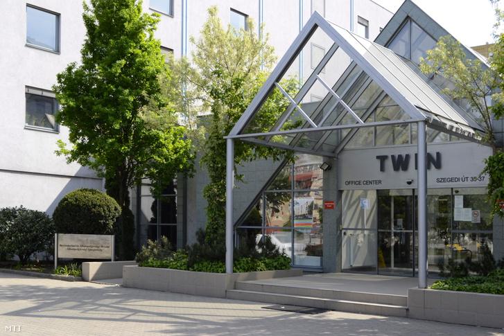 A Twin Office Center irodaház bejárata a fõváros XIII. kerületében. Az irodaházban kapott helyet többek között a Bevándorlási és Állampolgársági Hivatal Állampolgársági Igazgatósága.