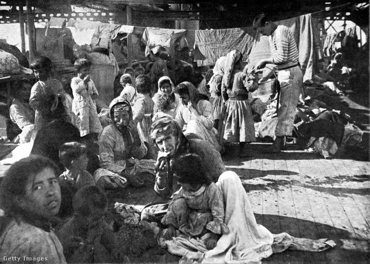 Örmények egy francia hajó fedélzetén, akiket Törökországból menekítettek ki 1915-ben