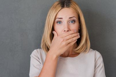 nő néma száj kéz