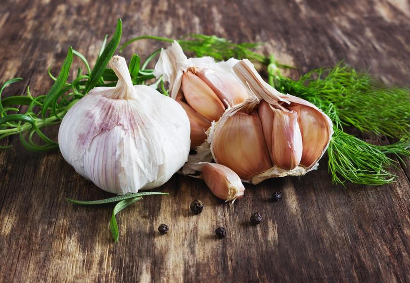 A fokhagyma szupererős antivirális hatását a benne lévő, a növényt a kártevők ellen védő allicin kénvegyületnek köszönheti, de tartalmaz még szelént, káliumot és vitaminokat is. Napi egy gerezd ráadásul a vérnyomás csökkentésében is hasznos.