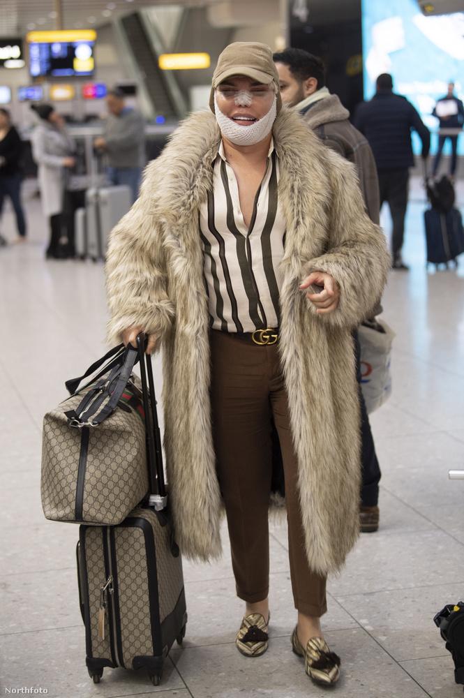 most pedig így fényképezték le a fotósok a londoni reptéren.
