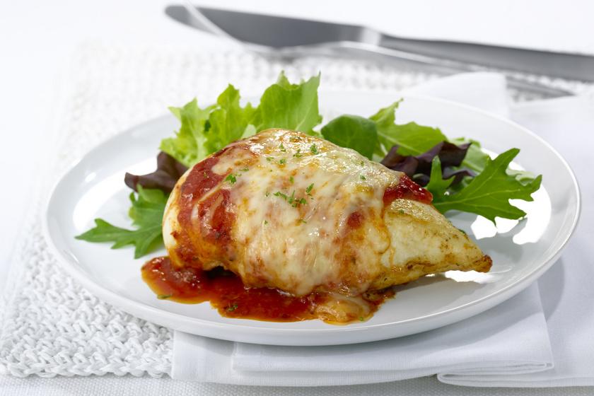 Sajttal töltött csirkemell paradicsomos szósszal: így nagyon egyszerű lesz a főfogás
