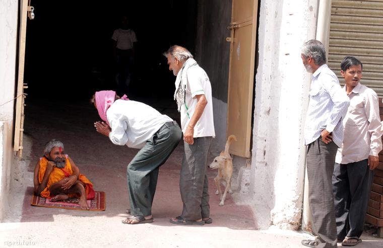 A férfi papként dolgozik, amint a kép is mutatja, boldogan járnak hozzá a hívek.