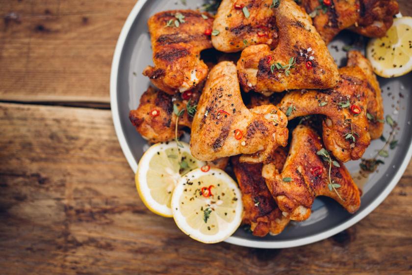 Fűszeres csirkeszárnyak sütőben sütve: isteni vacsora egyszerű hozzávalókból