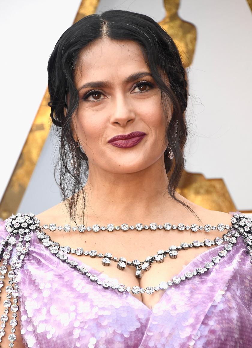 Salma Hayek a tavalyi Oscar-gálán villantotta meg ősz szálait. A színésznő bebizonyította, hogy egyáltalán nem vesznek el semmit egy nő szépségéből, fiatalosságából az ezüstös tincsek.