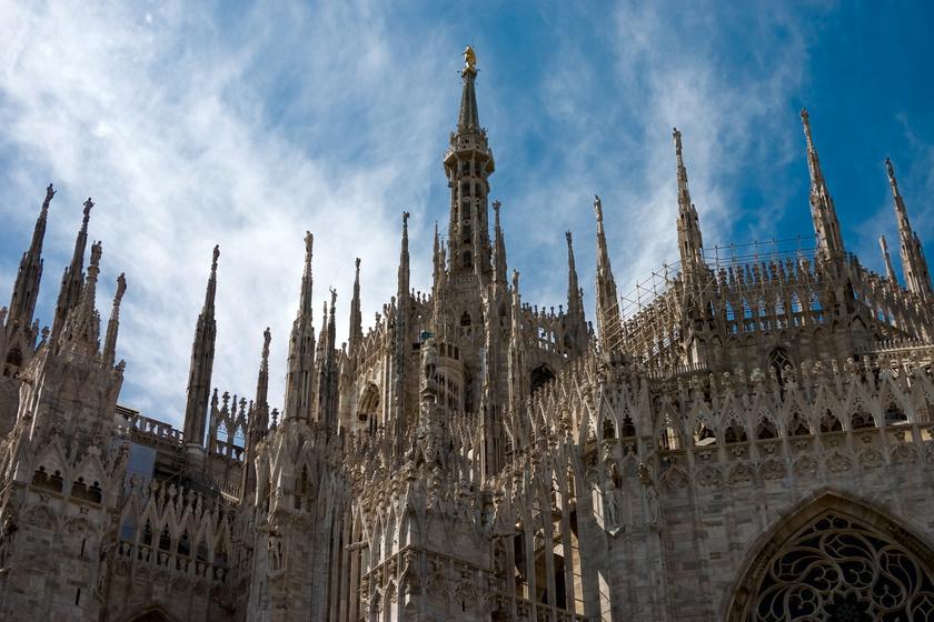 A milánói dóm élőben még lélegzetelállítóbb: győződj meg róla személyesen! A XV. századi Castello Sforzesco számos múzeumnak ad otthont, míg szuvenírt a Teatro alla Scala környéki üzletek egyikében biztosan találsz! Reggel 6:10-kor indul és este 22:30-kor repül vissza a WizzAir menetrend szerinti járata.