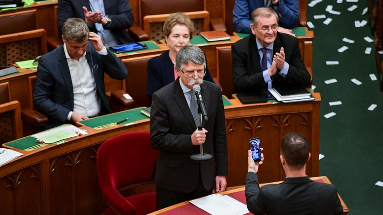 Kitalálták, hogyan rendszabályozzák meg a parlamenti képviselőket