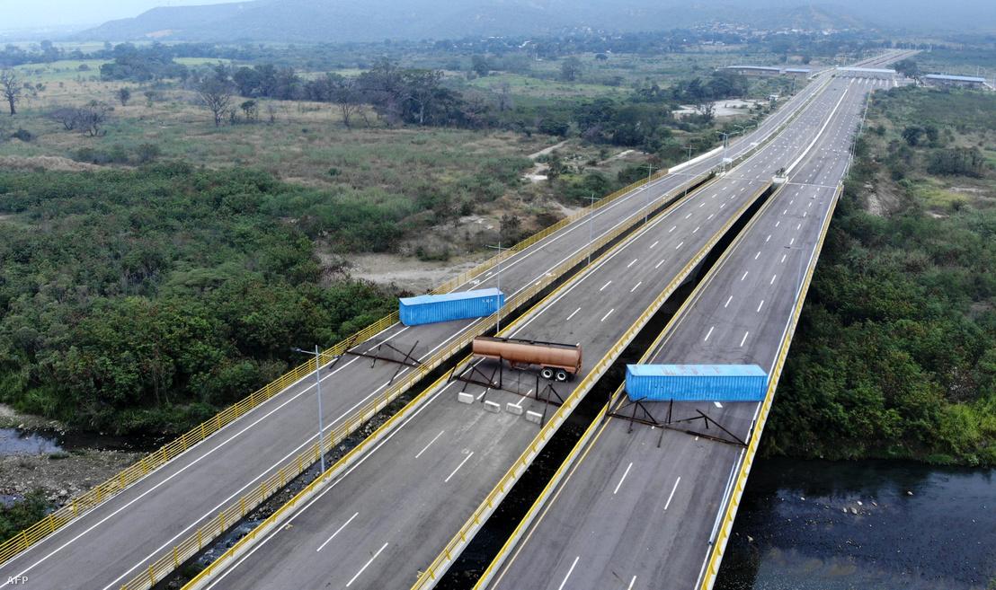 A Venezuela és Kolumbia közötti Tienditas hídon a venezuelai hadsereg által létesített útzár a kolumbiai Cúcutából nézve