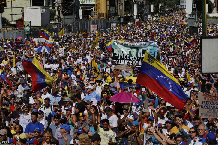 Nicolás Maduro hivatalban levő venezuelai elnök lemondását követelik kormányellenes tüntetők Caracasban 2019. február 2-án.