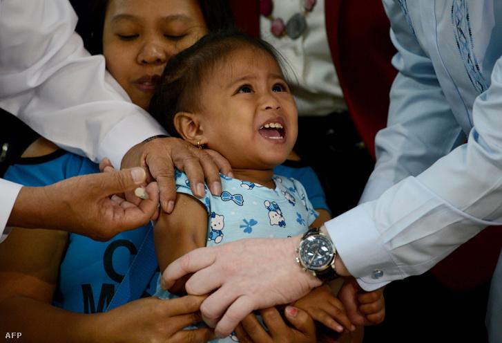 Kanyaró elleni oltást adat be egy anyag a gyermekének a Fülöp-szigeteken