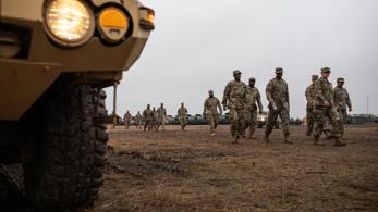 Érkezik az új menekültkaraván, katonákat csoportosít át Washington