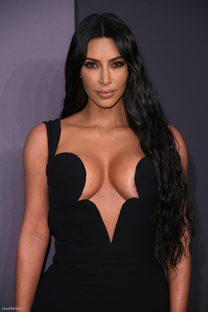 Kim Kardashian dekoltázsa minket kicsit Miki egér kerek füleire emlékeztet, de két oldalra dőlő tekebábukra is lehet róluk asszociálni.