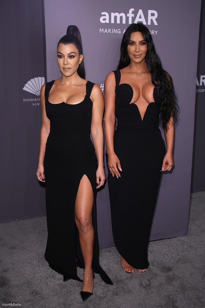 Mindketten fekete, dekoltált ruhában voltak, Kourtney-é mellben kicsit visszafogottabb, cserébe viszont fel van sliccelve.