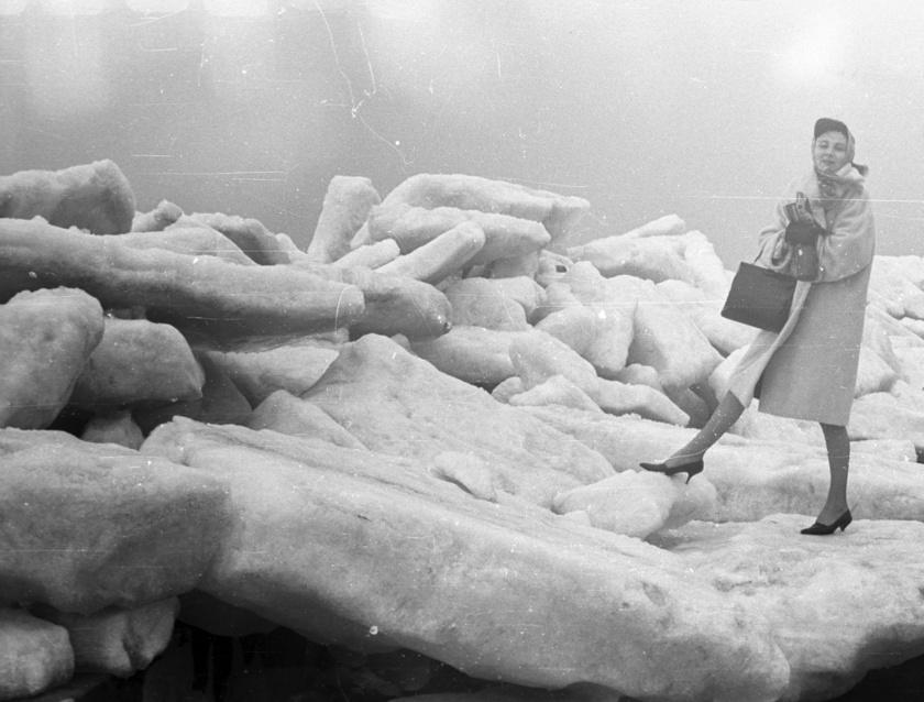 Embernagyságú jégdarabokkal pózol a csinos lány a siófoki partokon 1966-ban.