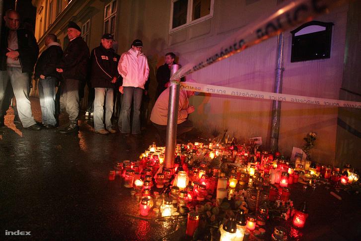 A gyilkosság másnapján több ezren vettek részt a meggyilkolt sportoló tiszteletére szervezett megemlékezésen Veszprémben. A Patrióta lokálnál és a Veszprém Aréna előtt gyertyákat gyújtottak. További képekért kattintson a fotóra!
