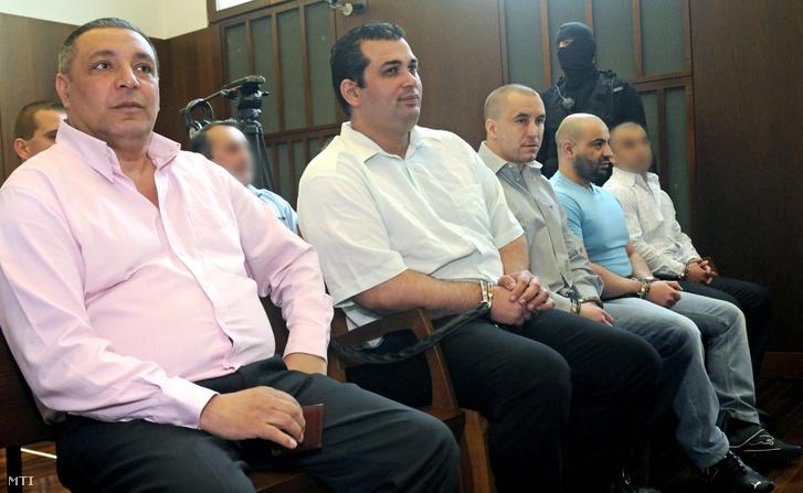 Raffael Sándor (b2) Németh Győző (b3) és Sztojka Iván (b4) vádlottak hallgatják az ítélethirdetést a Marian Cozma megölése miatt folyó per másodfokú tárgyalásán a Győri Ítélőtábla tárgyalótermében, 2012. április 27-én. Balról Bihari Csaba ötödrendű vádlott.