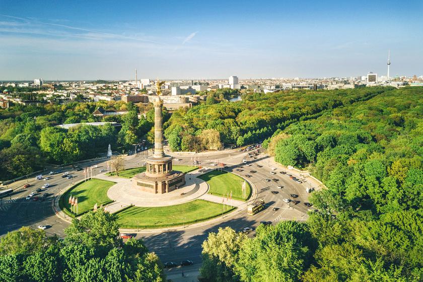 A Győzelmi oszlop, németül Siegessäule a Tiergartenben található. Ez a pesti Városligethez hasonló park Berlinben. A kilátóhoz, ami áprilistól októberig látogatható, 285 lépcsőfok vezet. A belépőjegy 3 euró, amiért cserébe vérpezsdítő látványban lehet része annak, aki nem tériszonyos.