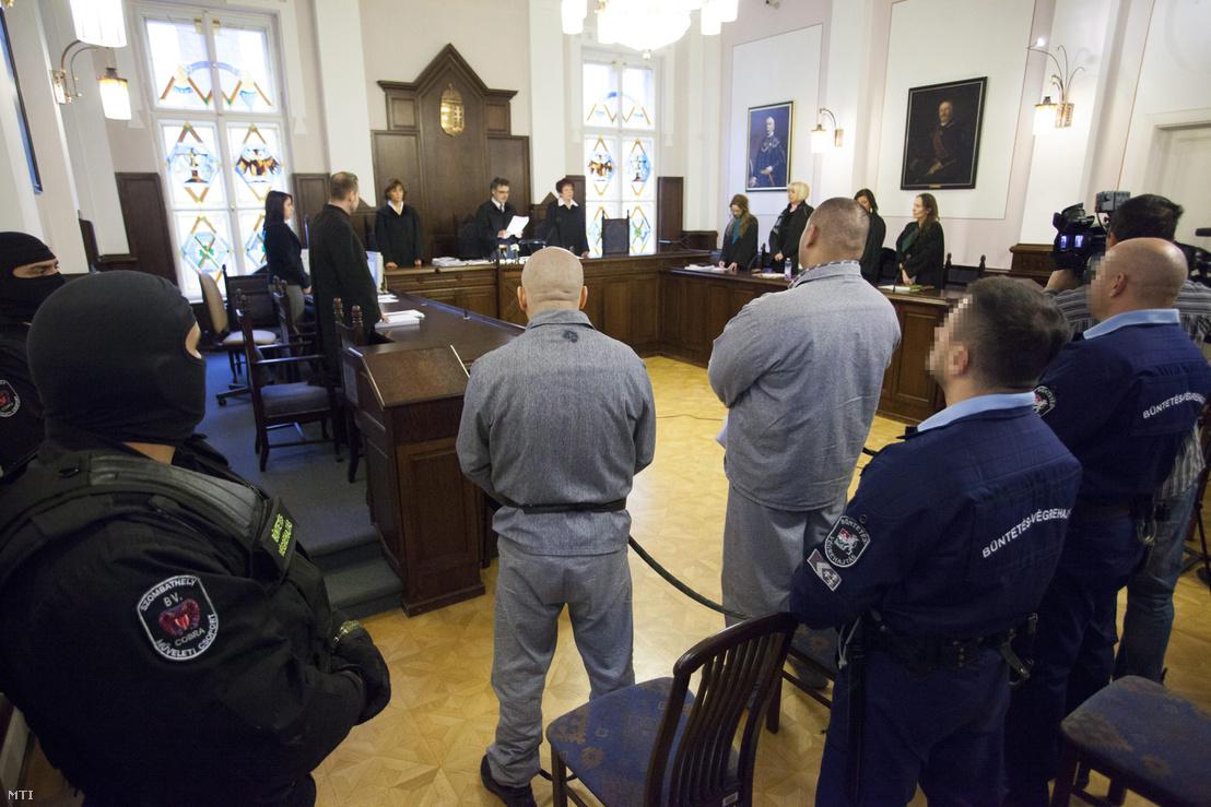 Rácz József bíró másodfokon ítéletet hirdet a Cozma-gyilkossághoz kapcsolódó garázdaság ügyében indult büntetőper tárgyalásán a Szombathelyi Törvényszék tárgyalótermében 2013. november 15-én. Középen Raffael Sándor elsőrendű (jobbról háttal) és Németh Győző másodrendű (balról háttal) vádlott.