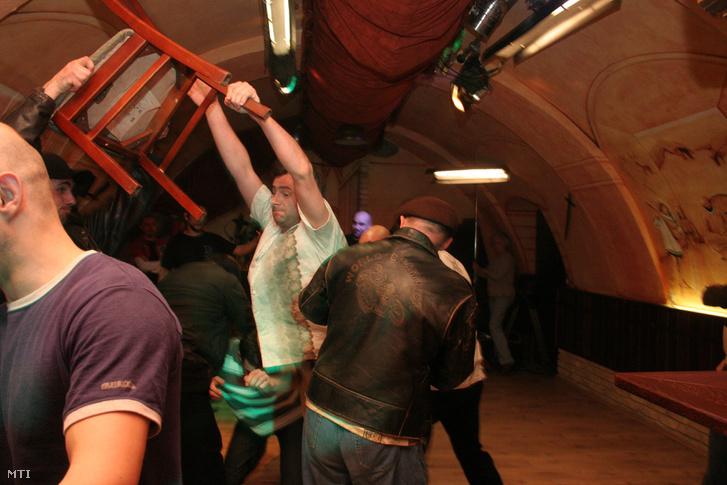 Kálomista Gábor rendező, Szíven szúrt ország című filmjének egyik jelenete a kézilabdázók megtámadásáról a Patrióta lokál pincehelyiségében.