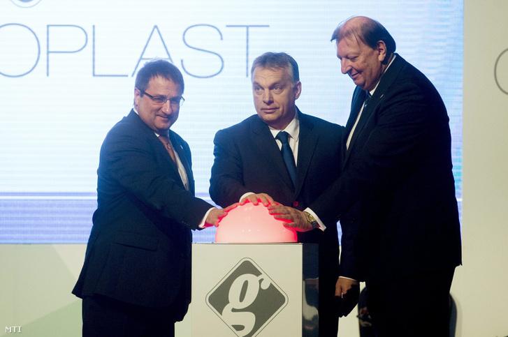 Orbán Viktor miniszterelnök, Veres Tibor a Wallis Zrt. elnöke (b) és Jancsó Péter a Graboplast elnök-vezérigazgatója a győri Graboplast Zrt. új üzemének átadásán Tatabányán 2016. február 4-én.