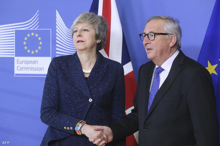 Theresa May brit miniszterelnököt (b) fogadja Jean-Claude Juncker, az Európai Bizottság elnöke a brit európai uniós tagság megszűnésének feltételrendszerét tartalmazó kilépési megállapodásról tartandó tárgyalásuk előtt Brüsszelben 2019. február 7-én.