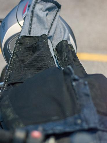 Csípőnél és térdnél vannak a twaron betétek, de létezik teljesen bélelt is