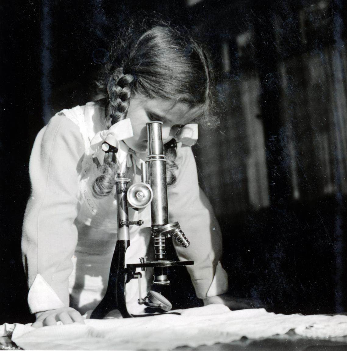 """Kinszki Judit a harmincas években.Kinszki Imre a természettudós Herman Ottóval barátságban lévő Schiller nagypapától kapta az első mikroszkópját, Judit az apjától. Az 1934-ben született Judit öt-hat évesen Kinszki társa volt a természetjárásban. Rengeteget kirándultak az akkor még kültelki Rákos patakhoz, tarajos gőték, madarak közé. """"Mesélt a madarakról, bogarakról, növényekről, csillagokról, mindenről, imádtam. Sétáltam vele, fogta a kezemet, növényeket gyűjtöttünk. Mai napig is mindennek tudom a nevét""""– idézte fel Judit."""