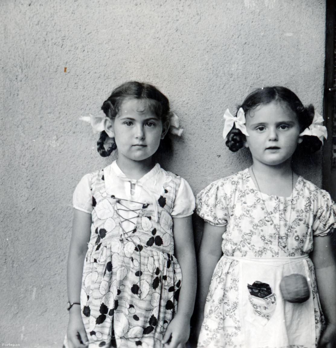 Kislányok a Róna utcai házból, jobb oldalon Kinszki Judit.