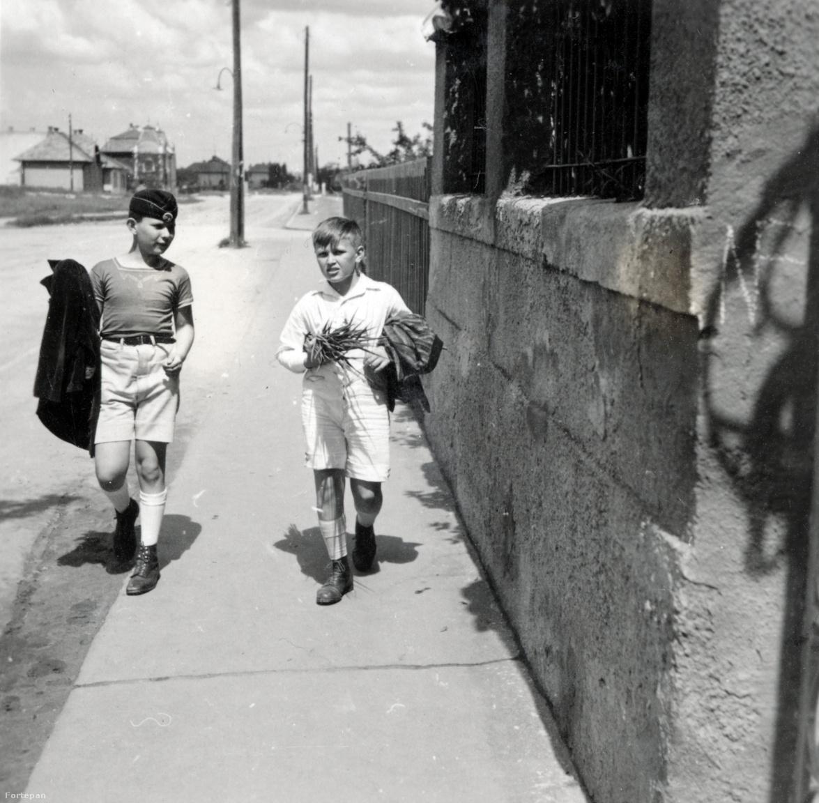 Kinszki Gábor barátjával valahol Zuglóban.A jobb oldali fiú Schleider Jóska, Judit kislánykorának másik nagy szerelme. Jóskának volt egy vetítőgépe, és azon nézték a Kinszki Imre és Gárdonyi Ilona 1926-os esküvőjén készült, azóta elveszett kisfilmet. Ilona Lakner bácsi gyerekszínházában titkárnősködött, tőle kölcsönözték a ruhákat és nyitott kocsival mentek végig a Rákóczi úton.