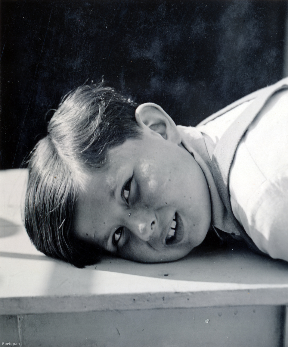 """Kinszki Gábor a harmincas években.Judit mindenben utánozta hat és fél évvel idősebb bátyját, aki azért is örülhetett a kishúg születésének, mert végre megszabadulhatott lányos fürtjeitől és végre fiúsra vágták a haját.. """"A bátyám dolga volt mindenre megtanítani engem. Bedobott a medence közepére, én kikapálóztam, megint bedobott, és akkor lassacskán így megtanultam úszni. Ugyanez volt a korcsolyával. Bevitt középre, otthagyott, én bőgtem, ott álltam egy darabig, kicsámpáztam, megint bevitt. Egy óra múlva már vidáman kikorcsolyáztam""""– mesélte Judit a Centropának adott életútinterjúban."""