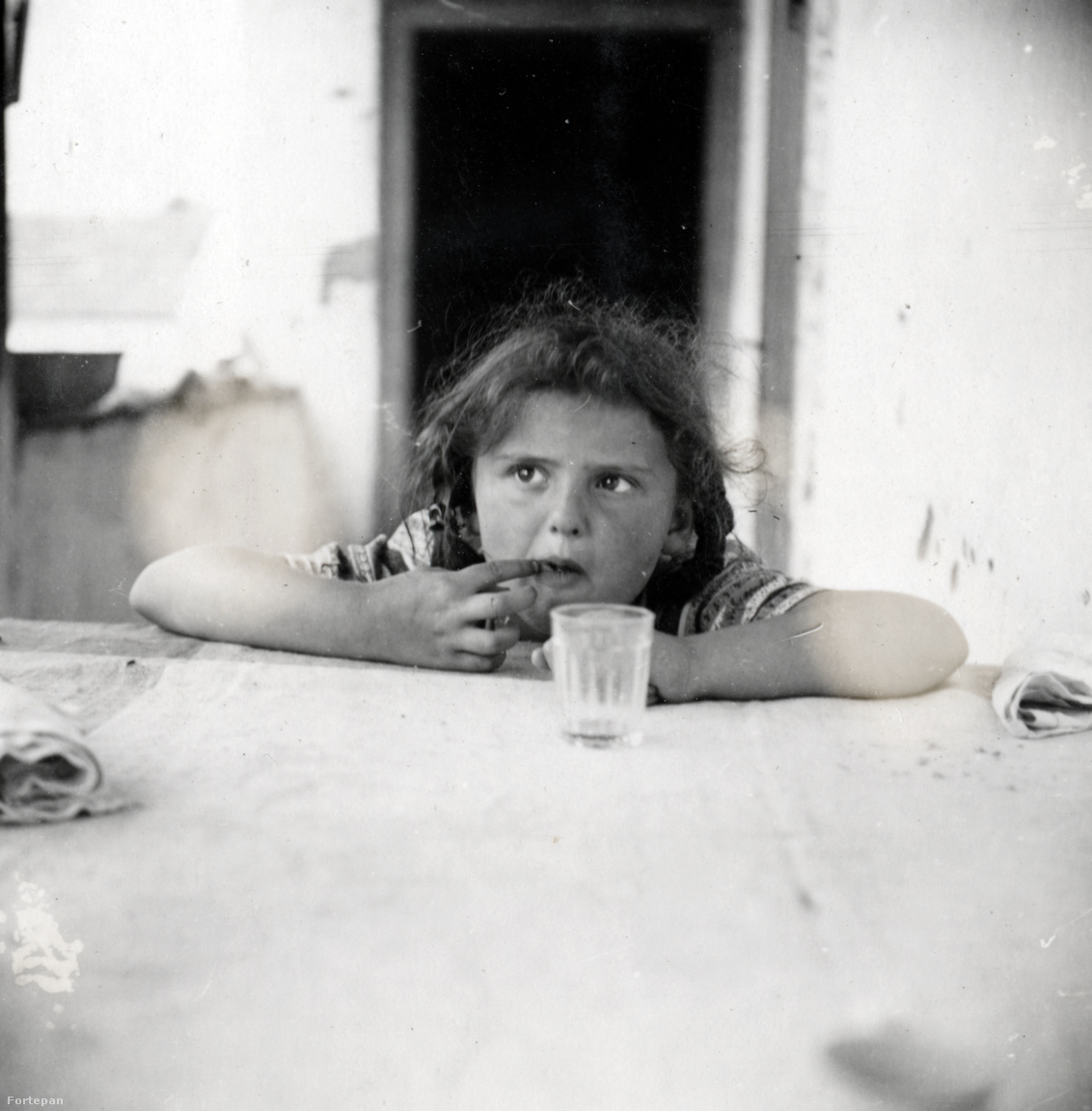 """Vakáción Hévmagyarádon (ma Szlovákia).Kinszki Imre apai nagyszüleinek Ipolyság (ma Sahy, Szlovákia) mellett volt földbirtokuk. A Felvidék 1938-as visszacsatolása után többször meglátogatták a Hévmagyarádon élő unokatestvéreket. Az intéző házát megkapták egész nyárra, és bár lavórban mosakodtak, pottyantós budira jártak, szerették. Judit szerelmes volt Jancsiba, az unokatestvérébe. """"Nagyon mókásnak tartottam, hogy őt is Kinszkinek hívják, engem is, és ha megkérdezik, akkor az apáink neve is ugyanaz."""""""
