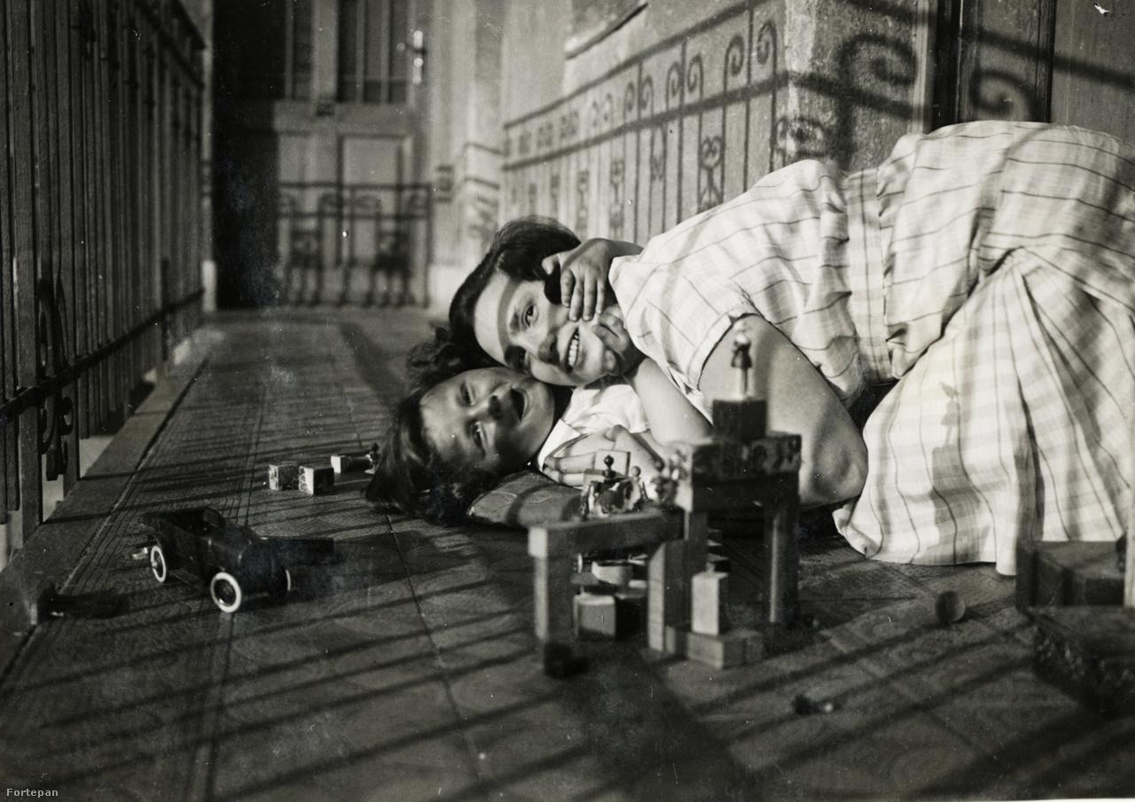 """Gábor és édesanyja a Róna utcai bérházban.""""Megint a folyosó. Mindig az árnyék, az árnyék"""" – mondta Judit a képeket nézegetve.Kinszki családi fotóinak nagy része a gangon készült."""