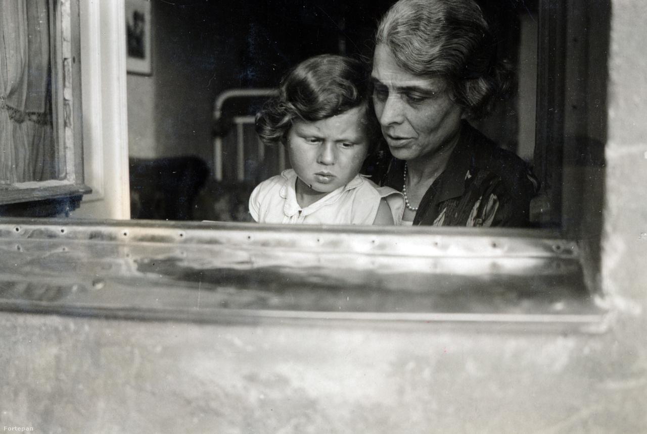 Kinszki Imre édesanyja unokájával, Gáborral a húszas évek végén.Kinszki Imre sorsáról először kilenc éves korában döntött az asszimilálódott, zsidó nagypolgári Schiller család kupaktanácsa: hirtelen megözvegyült anyjával, a képen látható Paulával a Pester Lloyd-főszerkesztő nagypapához kellett költöznie. Nagyjából két évtizeddel később azonban már ellenállt a családi beavatkozásnak és 1926-ban minden tiltakozás ellenére feleségül vette a budapesti Csikágóból származó, családfenntartó gépírókisasszony Gárdonyi Ilonát. A papírrepülőn érkező irodai szerelemmel évek múltán a Schiller család is megbékült.