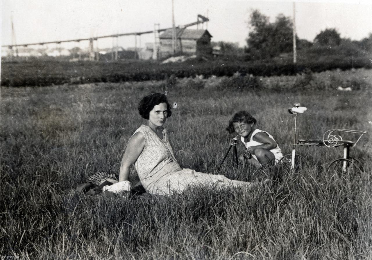Anya és fia egy zuglói grundon az 1920-as évek végén.