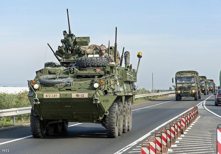 A Brave Warrior 2015 elnevezésű, többnemzeti hadgyakorlaton részt vevő amerikai katonai konvoj Hegyeshalom közelében az M15-ös autóúton 2015. szeptember 16-án.
