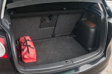 Nemcsak a csomagtartó, a nyílása is elég nagy. Jól pakolható, a hátsó üléssor tologatásával bővíthető is