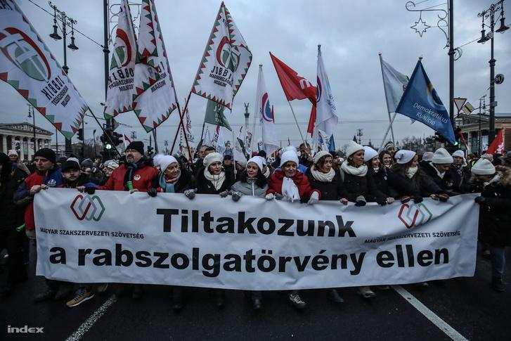 Túlóratörvény elleni összellenzéki tüntetés Budapesten 2018. december 16-án
