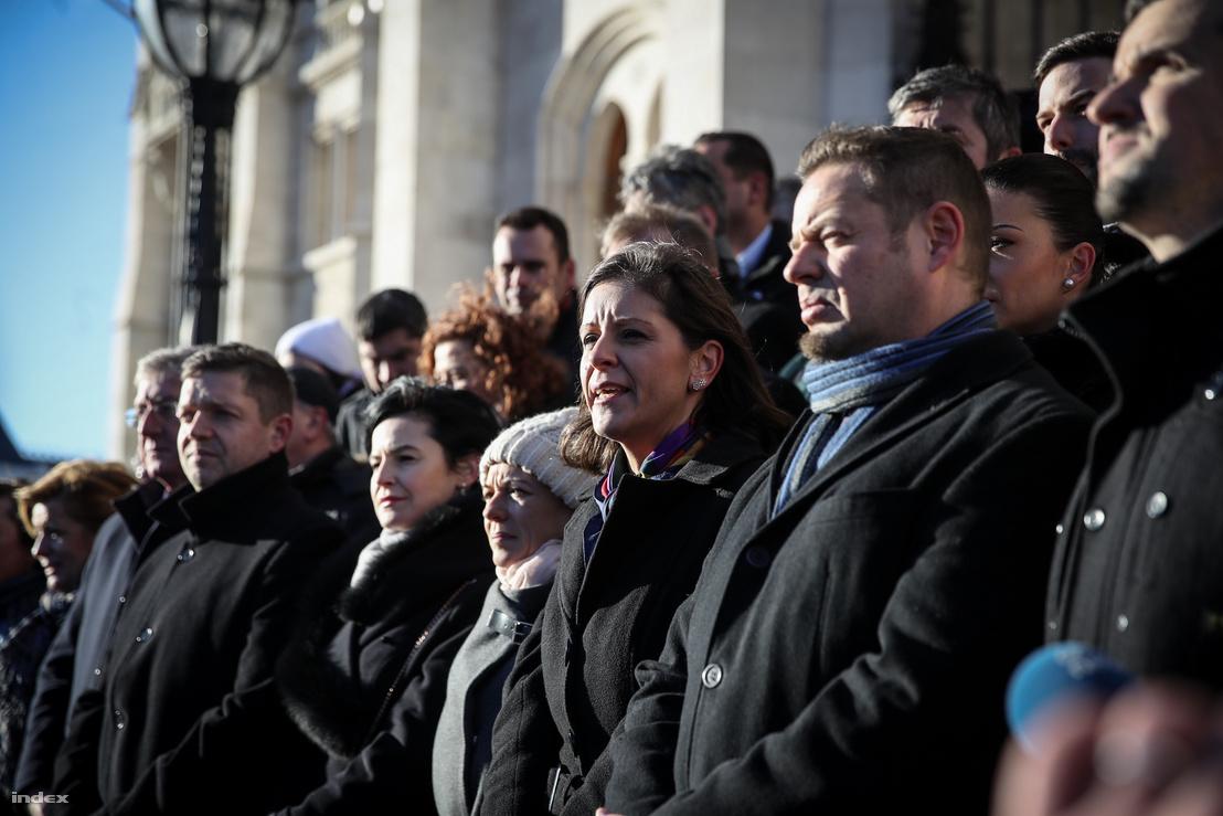 A Jobbik, az MSZP, a DK, az LMP, a Párbeszéd, valamint a Momentum politikusai, független országgyűlési képviselőkkel kiegészülve közösen álltak ki az Országház főlépcsőjére a kormánnyal szembeni ellenállás jegyében 2019. január 3-án