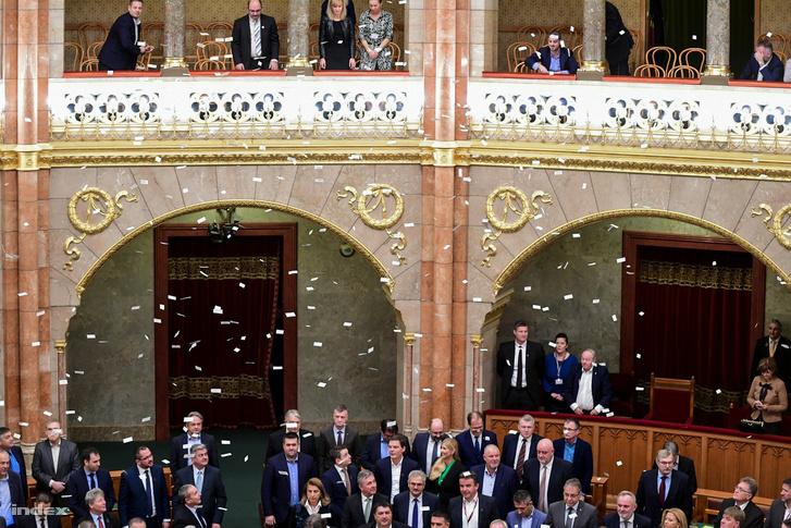 Kormánypárti politikusok a Parlamentben, a túlóratörvény megszavazásának napján 2018. december 12-én