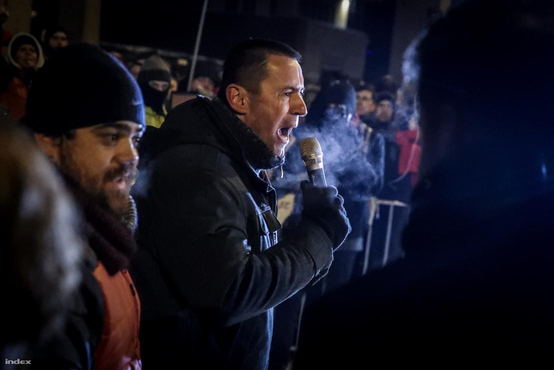 Sneider Tamás az MTVA székház előtti tüntetésen 2018. december 17-én