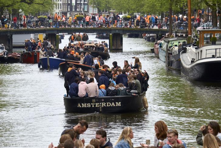 Amszterdamban hajókon ünneplik a király napját 2018. április 27-én