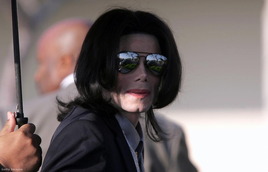 Michael Jackson részt vesz a Santa Barbara megyei bírósági tárgyalásán 2005. február 25-én, ahol azzal vádolták, hogy egy 13 éves fiút molesztált a Neverland Ranch-en