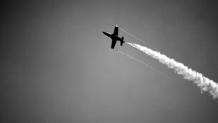 Chemtrail nem, más viszont esik a repülőktől