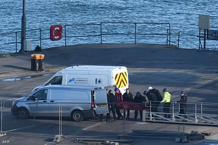 Sala testét a hajóról egy furgonba teszik