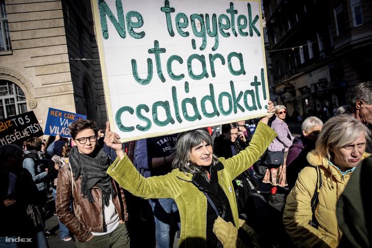 A Város Mindenkié csoport szervezésében Lakásmenet felvonulást tartottak a lakhatáshoz való jogokért, a kilakoltatások ellen, az utcán élők segítéséért Budapesten, 2018. szeptember 29-én.