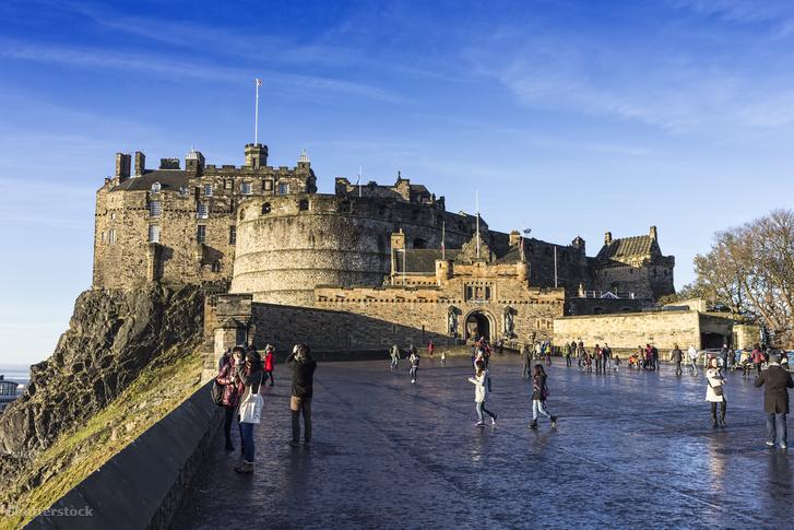 Turisták az edinburgh-i várnál