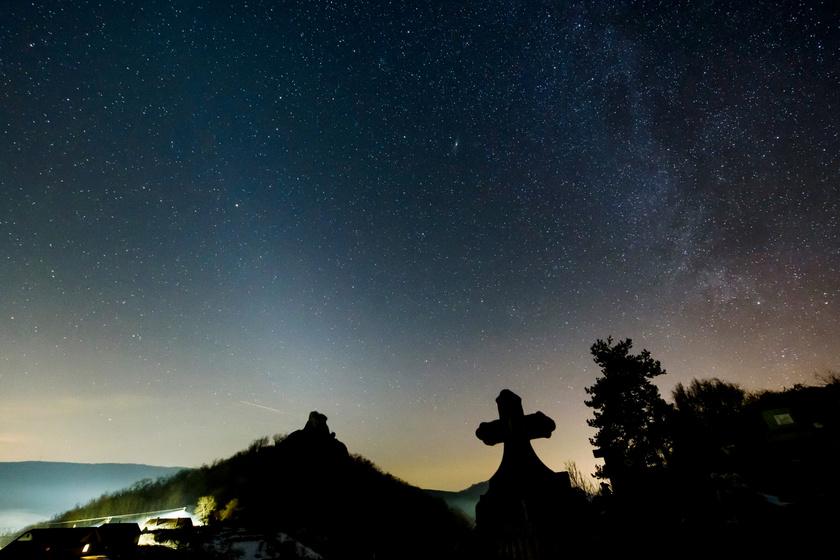 Az állatövi fény kedvező körülmények esetén az ekliptika és a horizont metszéspontja felett piramisszerű, az ekliptikához képest szimmetrikus, halvány foltként figyelhető meg.